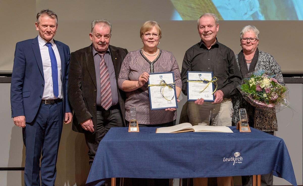 Die Bürgerpreisträger Beate Stör und Adolf Menig mit OB Henle und ihren Partnern.