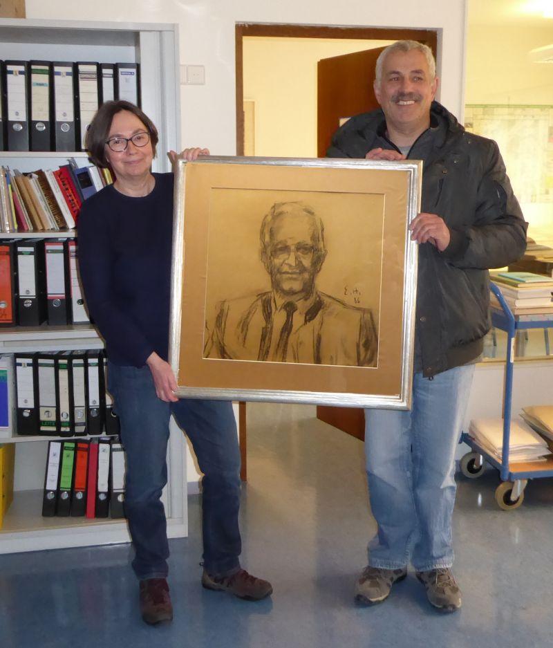 Übergabe eines Porträts von Josef Feger