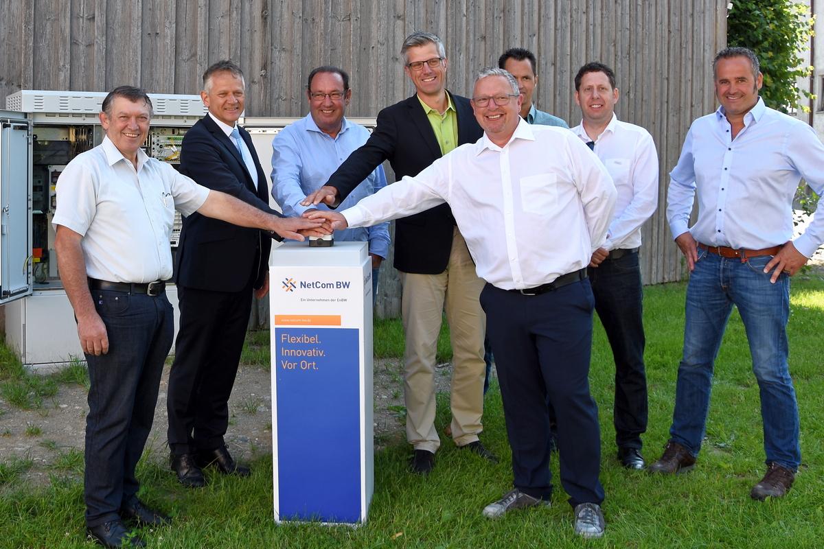 Mitarbeiter der Stadtverwaltung, Vertreter des Netzanbieters NetCom, der Zweckverband Breitbandversorgung und das zuständige Ingenieurbüro nehmen symbolisch das Breitbandnetz an der Verteilerstation in Herlazhofen in Betrieb.
