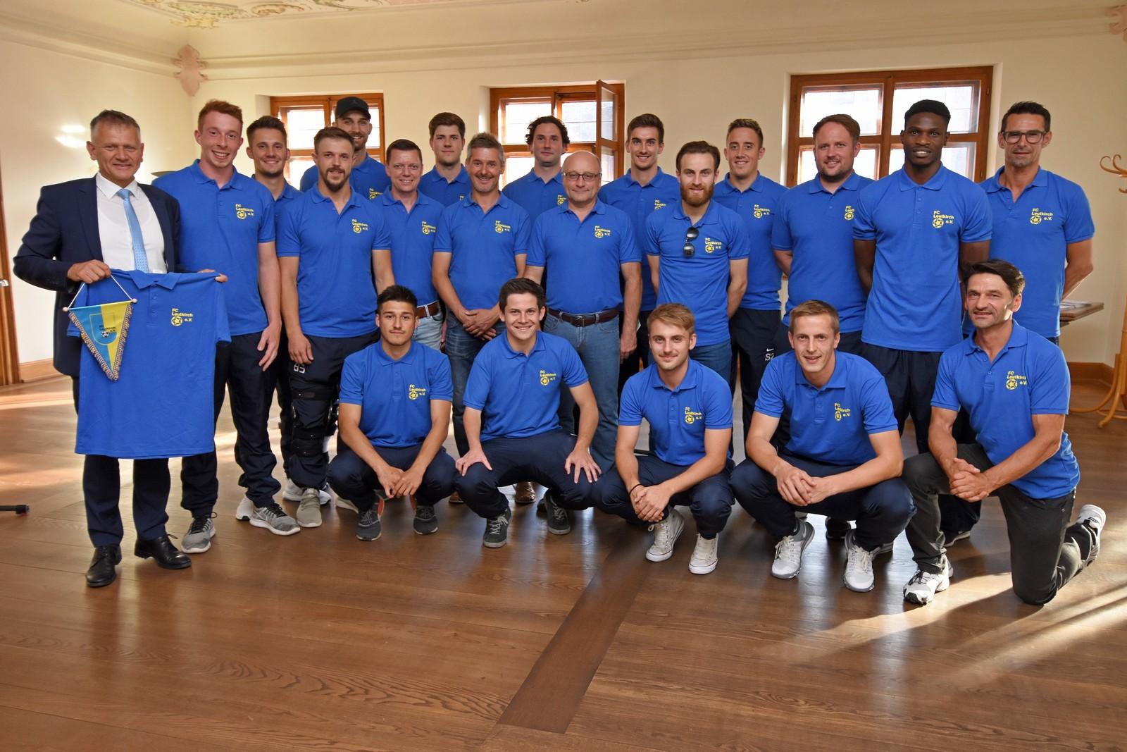 Die Fußballer und Betreuer des FC Leutkirch werden nach ihrem Aufstieg in die Landesliga von OB Henle (links) im Rathaus empfangen.