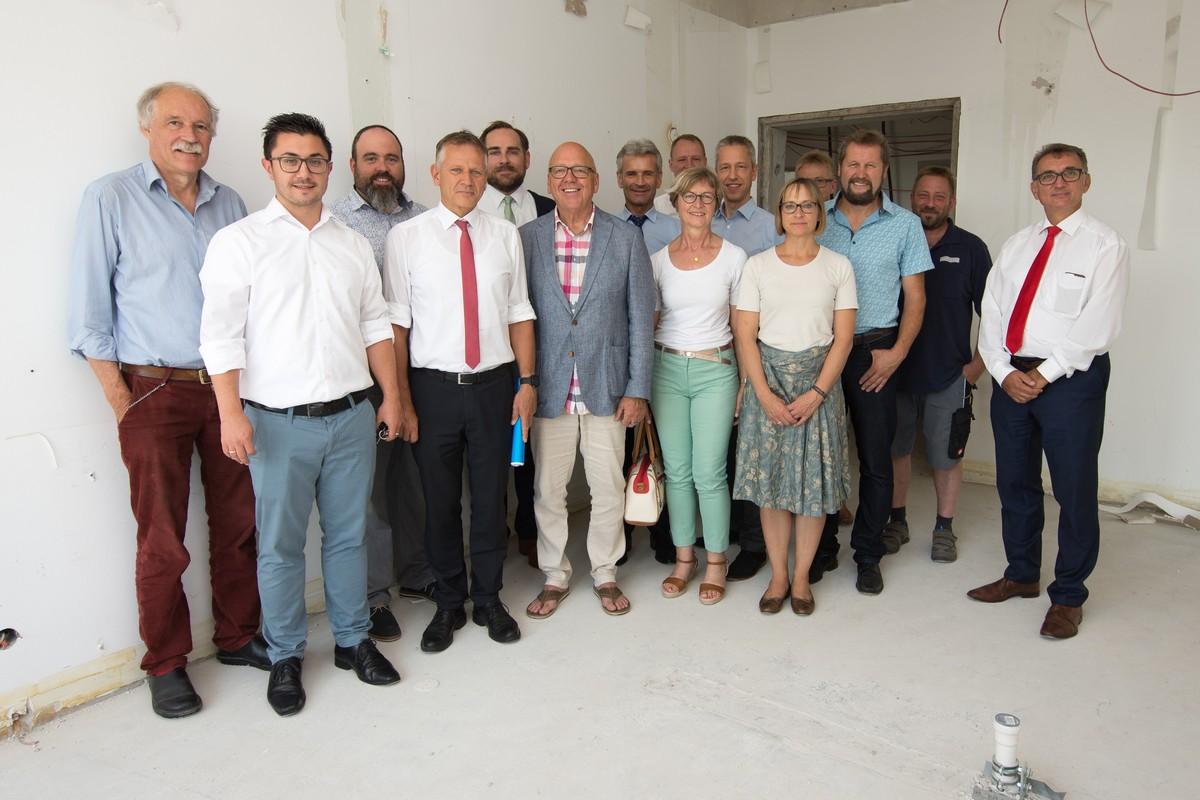 Vertreter von Leutkircher Betrieben, Bürgerstiftung, IKP und St. Elisabeth-Stiftung haben die Räumlichkeiten für das künftige Hospiz besichtigt.