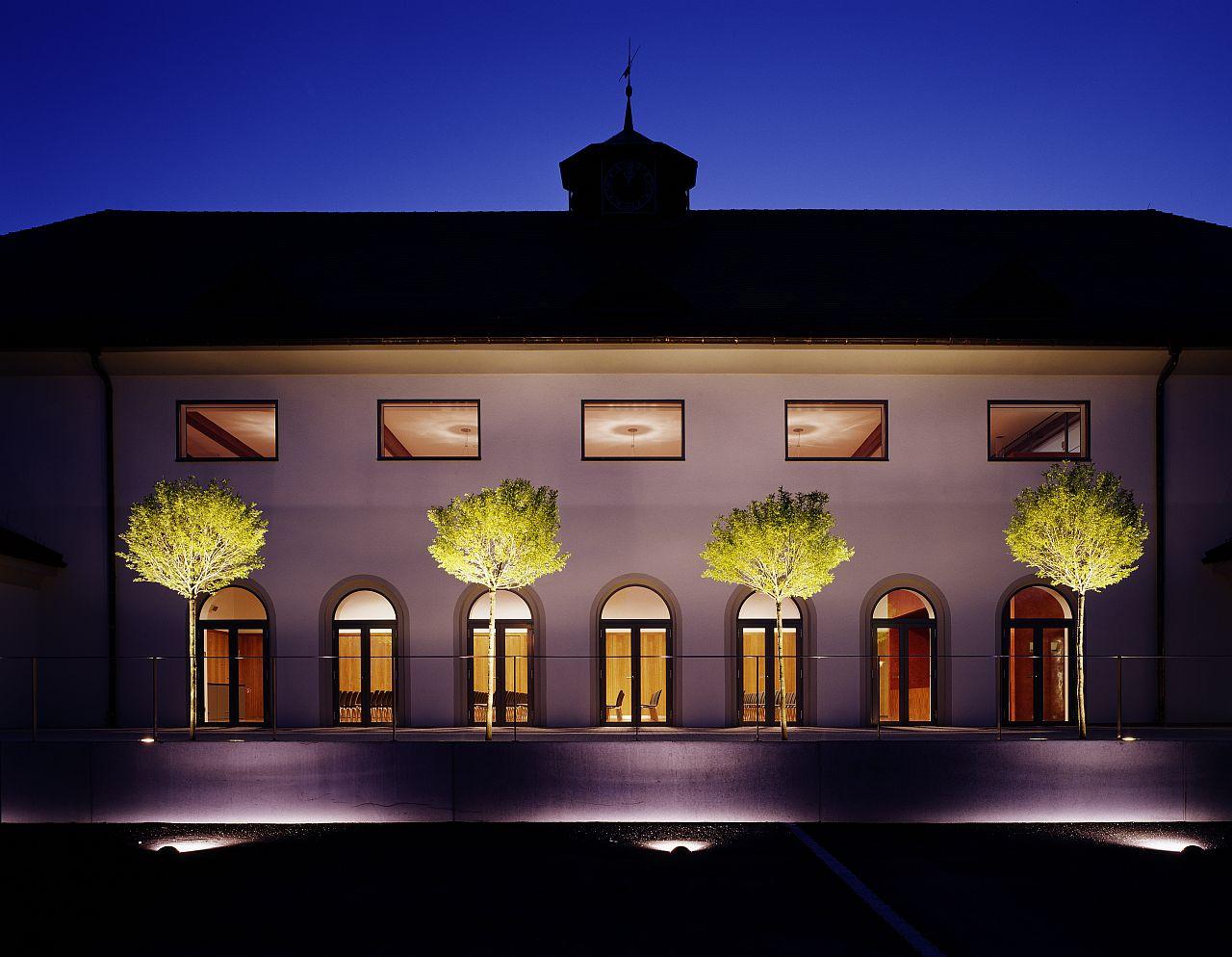 Festhalle Ansicht Terrasse bei Nacht
