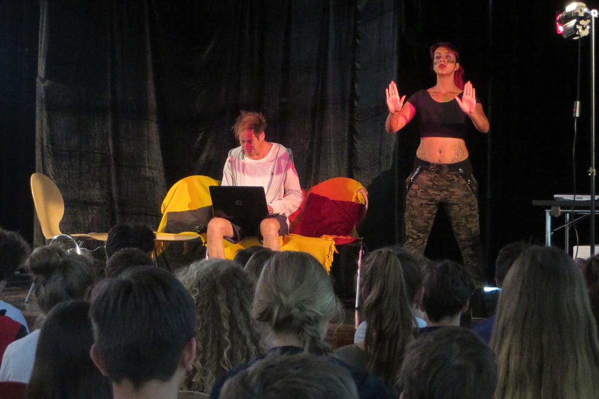 Präventionstheater: Helden im Netz