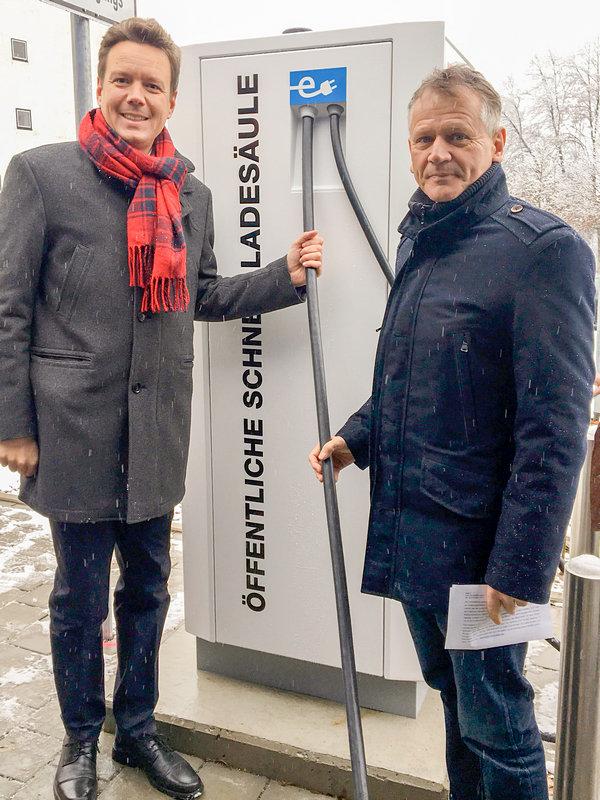 Einweihung Ladestation 27.11.2018: Landrat Harald Sievers und OB Hans-Jörg Henle zeigen die neue Ladesäule.
