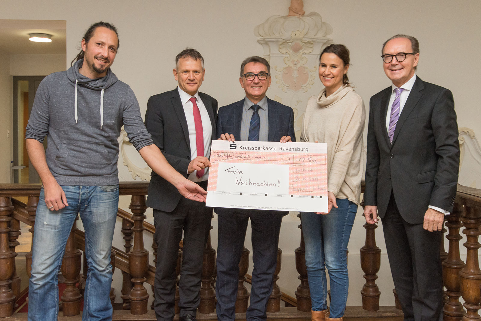 Walter Braun (Mitte) und Heinz Pumpmeier (rechts) überbringen einen Spendenscheck, verbunden mit Weihnachtswünschen. Darüber freuen sich (von links) Dietmar Müller, OB Hans-Jörg Henle und Carmen Scheich.