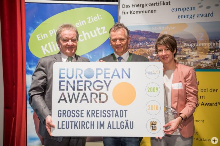 Verleihung des European Energy Awards am 18. Februar 2019 in Tübingen. Umweltminister Franz Untersteller (links) und Charlotte Spörndli vom EEA Büro (rechts) überreichen OB Hans-Jörg Henle (Mitte) den European Energy Award in Gold.