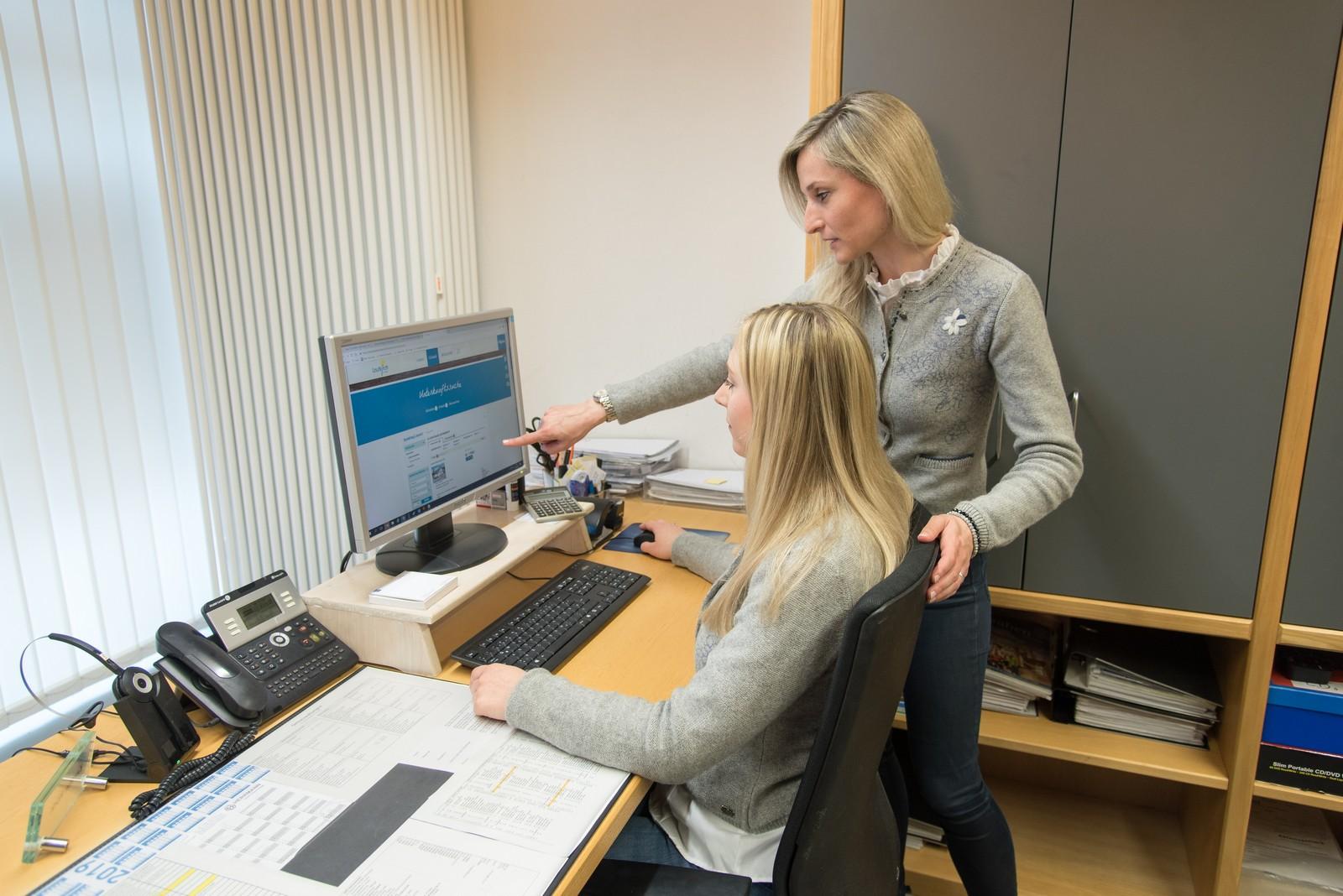 Kerstin Röck und Julia Panzram, Touristinfo Leutkirch, sind froh über das neue Buchungssystem (v.l.)