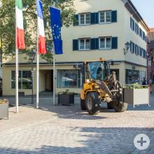 Die ersten neuen Pflanzkübel werden vom Bauhof und der Stadtgärtnerei aufgebaut.