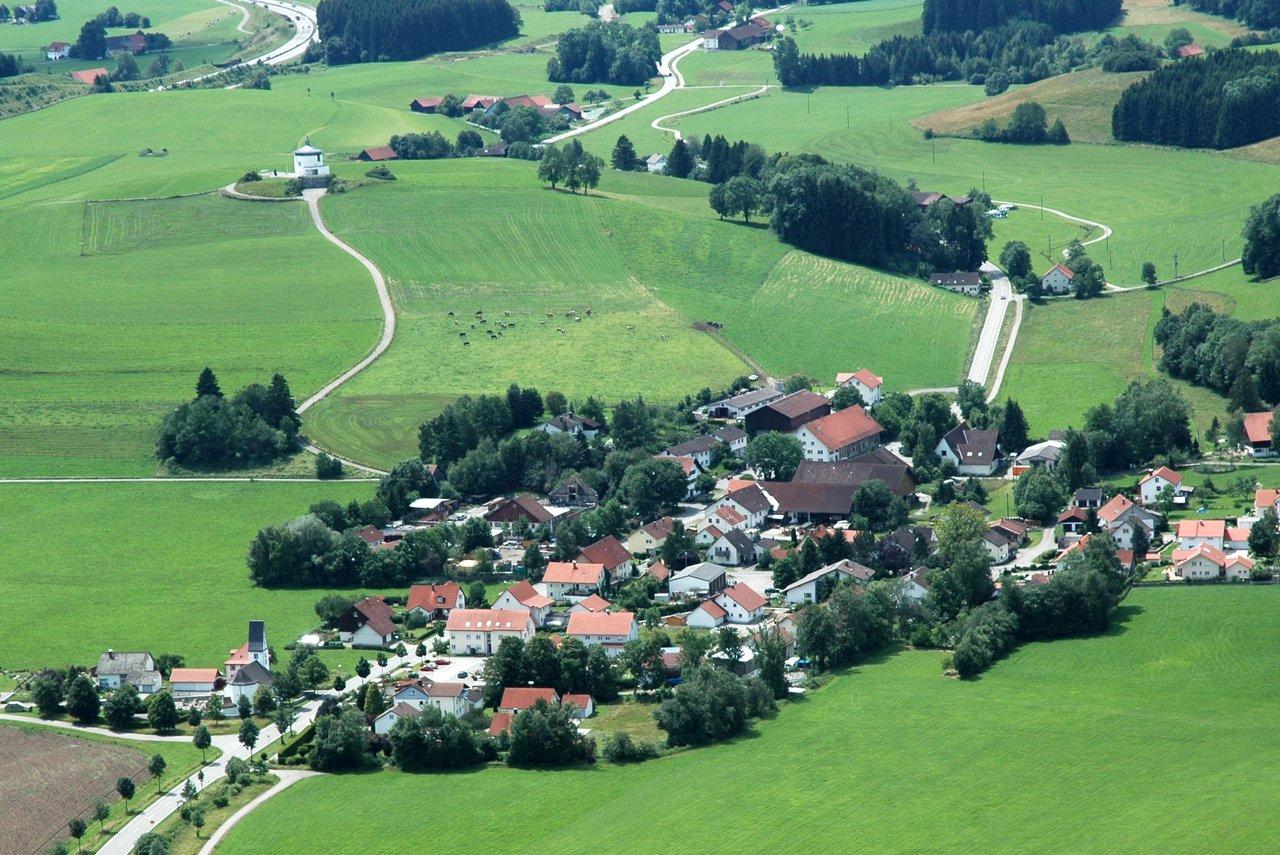 """Luftbild Tautenhofen mit Autobahnkapelle """"Galluskapelle"""" im Hintergrund"""