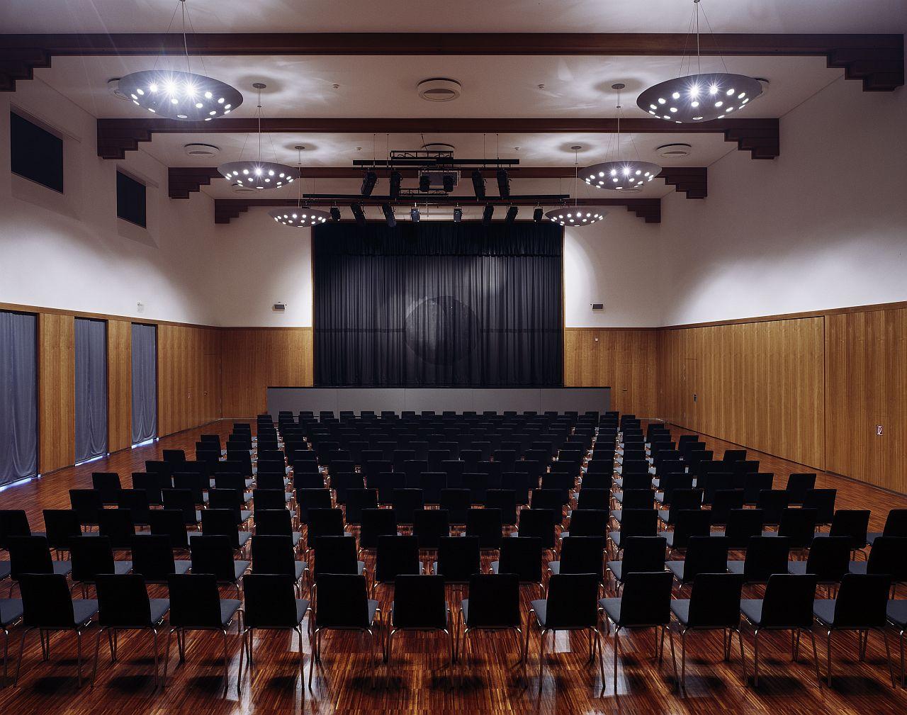 Festhalle bestuhlter Saal mit Blick auf die Bühne
