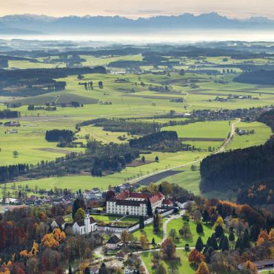 Schloss Zeil vor dem Alpenpanorama