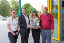 Den neuen Pächtern Xhevat Bajrami (rechts) und Fatbardha Lisaj (zweite von rechts) wird von OB Henle und Lisa Kirsten (links) zur Neueröffnung gratuliert.