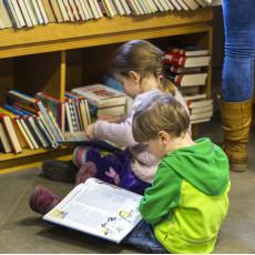 Kinder beim Schmökern in der Stadtbibliothek