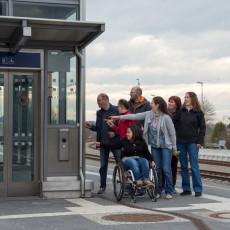 Ein barrierefreier Bahnhof mit rollstuhlgerechtem Einstieg in den Aufzug wurde gebaut.