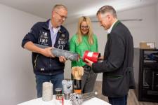 Geschäftsführer Volker Ulrich und Tatjana Röck erläutern OB Hans-Jörg Henle die unterschiedlichen Arten von Bohrkronen.