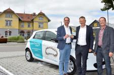 Tobias Sirch, Geschäftsführer des Autohauses Sirch, Oberbürgermeister Henle und Berthold König, Geschäftsführer des Energiebündnis, freuen sich über das CarSharing-Modell in Leutkirch.