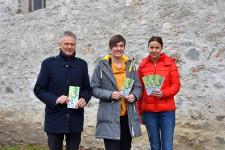 v.l.: Oberbürgermeister Hans-Jörg Henle, Cornelia Stotz (Initiatorin des Projekts) und Carmen Scheich (Kinder-, Jugend- und Familienbeauftragte) freuen sich über mehr Aufenthaltsqualität in der Stadt