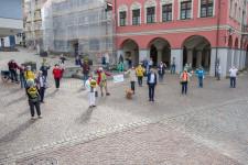 Ein kleiner Teil der vielen Näherinnen und Näher versammelten sich mit Sicherheitsabstand vor dem Rathaus.