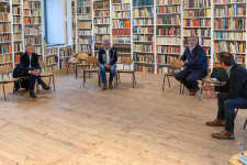 """Minister Guido Wolf im """"Weißen Saal"""" der Allgäuer Genussmanufaktur in Urlau"""