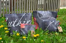 """""""Frida"""" und """"Cosima"""" die neuen Upcycling Leutkirch-Taschen jetzt in der Touristinfo erhältlich."""