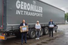 Oberbürgermeister Hans-Jörg Henle (links) und Daniel Gallasch vom Leutkircher Partnerschaftverein (rechts) übergeben die Unterstützungspakete für Italien an Sabine Kielhorn (mitte) von der Firma Geromiller Transporte.