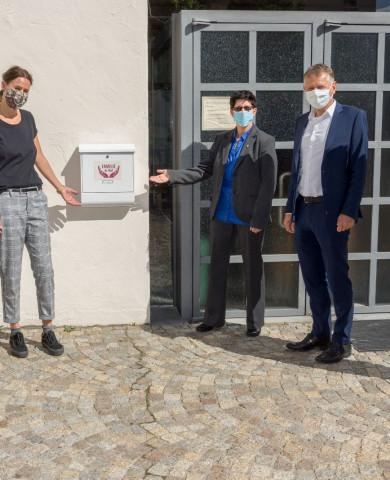 Sonja Seel, Carmen Scheich, Pfarrerin Tanja Götz, OB Hans-Jörg Henle und Stadtrat Jochen Narr (von links) zeigen den Briefkasten an der evangelischen Dreifaltigkeitskirche, in den die Karten eingeworfen werden können.