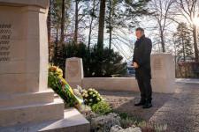 Oberbürgermeister Hans-Jörg Henle legte, anlässlich des Volkstrauertags, in aller Stille einen Kranz am Kriegerdenkmal am Oberen Graben nieder.