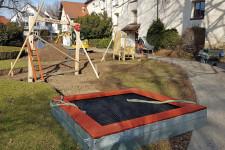 """Der Aufbau des Spieloasen- und Erlebnisweg hat begonnen: Die beiden Stationen """"Metzger"""" und """"Feuerwehrleute"""" im Feuerwehrpark sind bereits aufgebaut."""