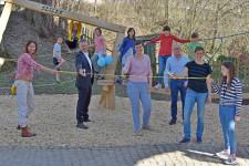 Die Initiatoren schneiden symbolisch zur Teileröffnung des Spieloasen- und Erlebnisweg, gemeinsam mit Oberbürgermeister Hans-Jörg Henle, ein Band durch.