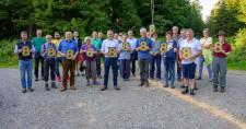 Ein Hektar Wald bindet jährlich 8 Tonnen CO2 - darauf machen die Leutkircher Gemeinderäte mit OB Hans-Jörg Henle und Förster Karl-Josef Martin aufmerksam.