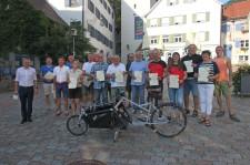 Teamkapitäninnen, Teamkapitäne und die Radlerinnen und Radler mit den meisten Kilometern nach der kleinen Siegerehrung. Links im Bild OB Henle  (Foto: Michael Krumböck)