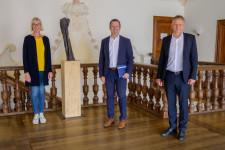 Schulleiter Thomas Tomkowiak (Mitte) wird von OB Hans-Jörg Henle und Margot Maier (Fachbereichsleiterin Tagesbetreuung und Schulen) verabschiedet.