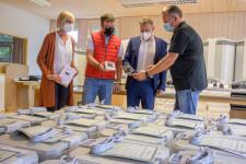 Frank Walter von der Firma KWM Weisshaar erläutert OB Hans-Jörg Henle, Schulleiter Bernd Schosser und Fachbereichsleiterin Margot Maier die Arbeitsweise der neuen Luftreiniger. (von rechts)