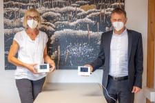 OB Hans-Jörg Henle und Margot Maier (Fachbereichsleiterin Tagesbetreuung und Schulen) zeigen die CO2-Ampeln, die bald in jedem Leutkircher Klassenzimmer zu finden sind.