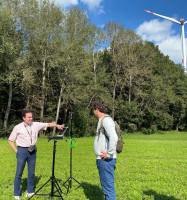 Der Akustik-Sachverständige zeigt an seinem Messgerät die aktuellen Schallwerte der Windenergieanlage in Bad Saulgau. Quelle: © Denise Ellwein, Forum Energiedialog