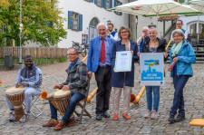 """v.l.: Manfred Holz (Fairtrade-Botschafter) übergibt Bürgermeisterin Christina Schnitzler, Organisatorin Laura Holzhofer von der Stadtverwaltung Leutkirch sowie Michaela Kalmbach vom Welt-Laden die Auszeichnung """"Fairtrade-Town"""""""