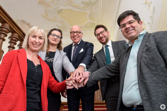 Rudolf Dentler (3. von links) wird in den kommenden fünf Jahren als Vorsitzender des Stiftungsvorstands fungieren. Zum Stellvertreter wurde Oliver Stotz gewählt (mitte). Außerdem ergänzen Susanne Burger (links), Katja Waizenegger (2. von rechts) und Thomas Zwerger (2. von links) das Vorstandsteam.