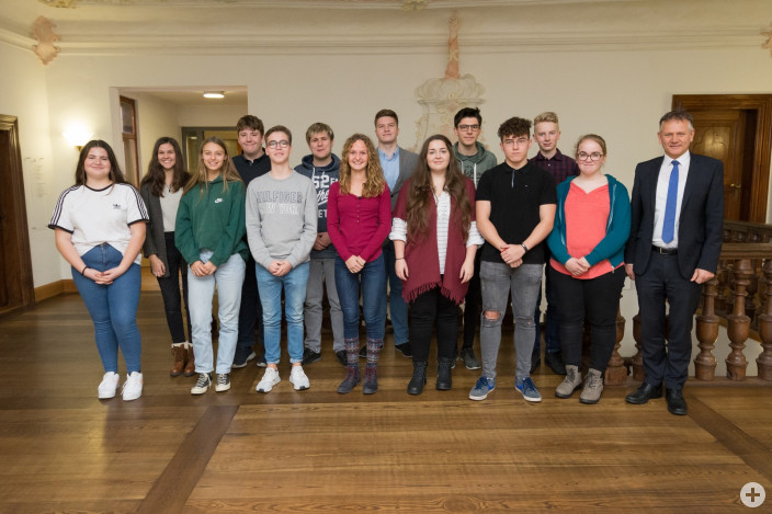 Die gewählten Kandidaten für den neuen Leutkircher Jugendgemeinderat, gemeinsam mit OB Henle (rechts).