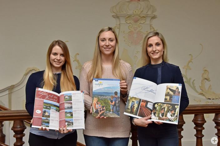 Das Team der Touristinfo stellt das neue Gastgeberverzeichnis 2019/2020 vor: Sabrina Schweikart, Kerstin Röck und Julia Panzram (v.l.)