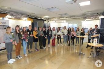 Die 23 Jugendlichen, die sich zu Ausstellungsbegleiterinnen und Ausstellungsbegleitern haben ausbilden lassen.