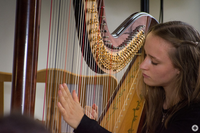 Linda Singer an der Harfe.