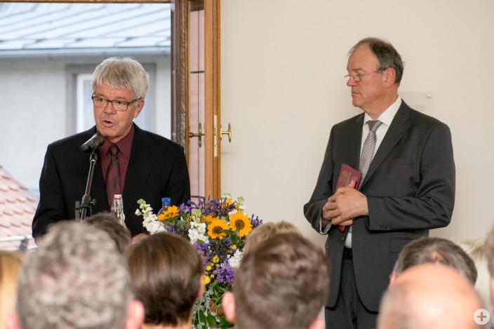 Pfarrer Volker Gerlach und Pfarrer Karl Erzberger spenden einen ökumenischen Segen (von links)