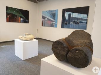 Werke von Andrea Eitel (Malerei) und Uli Gsell (Skulptur)