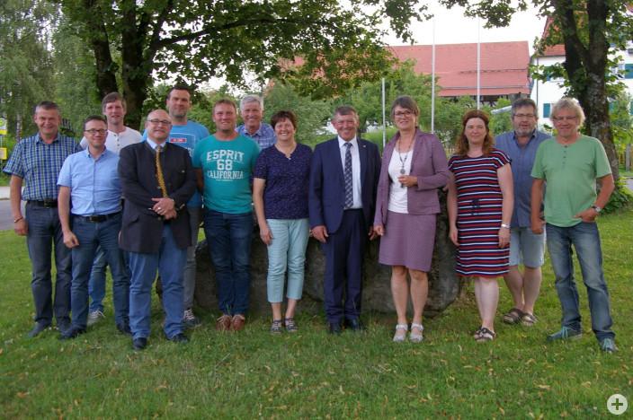 Der neue Ortschaftsrat Herlazhofen mit neuem und altem Ortsvorsteher Alois Peter (Fünfter von rechts) und Bürgermeisterin Christina Schnitzler (Vierte von rechts).