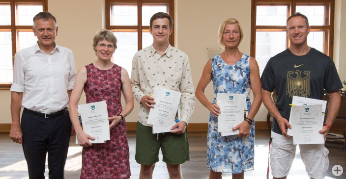 Matthias Rotzler, Kerstin Drexler, Moritz Moosmayer und Annette Ammann wurde für ihre herausragenden sportlichen Leistungen von OB Hans-Jörg Henle geehrt (von rechts).