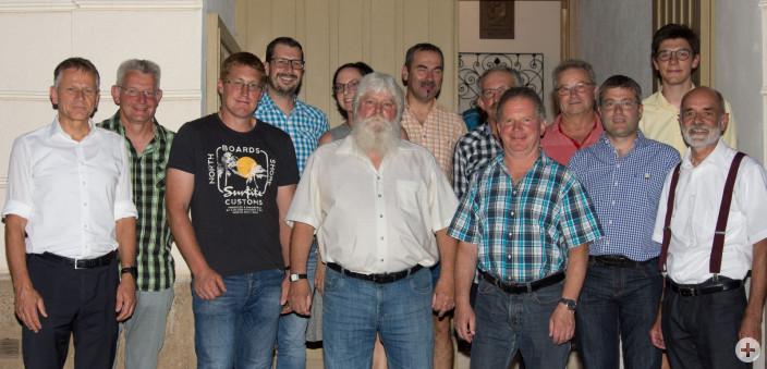Der neue Ortschaftsrat Wuchzenhofen mit neuem und altem Ortsvorsteher Gerhard Hutter (rechts) und OB Hans-Jörg Henle (links).