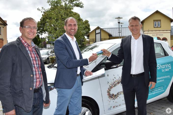 Oberbürgermeister Hans-Jörg Henle erhält von Tobias Sirch, Geschäftsführer Autohaus Sirch, als erster Kunde eine CarSharing-Karte.