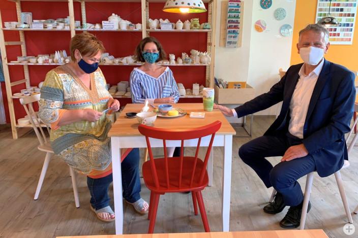 Geschäftsführerinnen und Ladeninhaberinnen Christine Neuschel und Conny Baeyer mit OB Henle (von links)