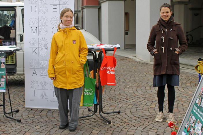 """Auf dem Leutkircher Wochenmarkt haben Maria Hönig (rechts) und Hannah Keil am Montag gemeinsam für """"Demokratie leben!"""" geworben."""