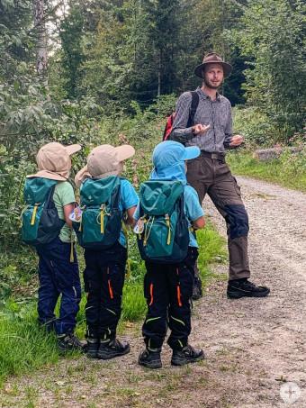 Ranger Tobias Boneberger führt Kinder und Erwachsene durch die spannende Natur Leutkirchs und der Adelegg.